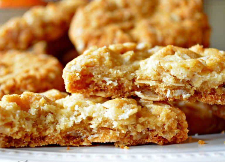 Bánh quy Anzac không gây béo nên các Aussie thường nhúng bánh vào cà phê hay sữa để ăn. Họ thường ăn bánh này trong buổi trà sáng hoặc xế trưa.