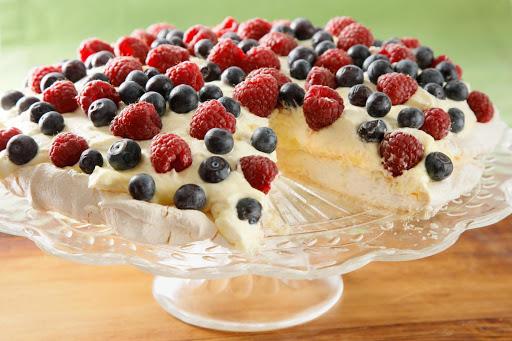 Người Úc thích ăn gì?. Bánh Pavlova nhẹ nhàng, bồng bềnh và thanh thoát từ vẻ bề ngoài đến hương vị bên trong.
