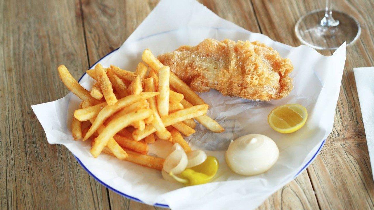 Người Úc thích ăn gì?. Sự kết hợp giữ cá đập mỏng và khoai tay chiên ngập dầu.