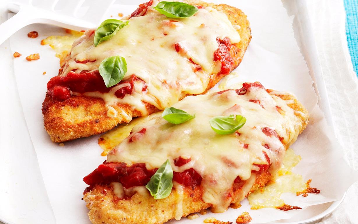 Gà Parmigiana là loại gà rán phủ giăm bông, sốt Napoli với một lớp pho mát được làm nóng lên cho tan chảy. Món này ăn kèm với khoai tây chiên hay salad là số 1 đấy!