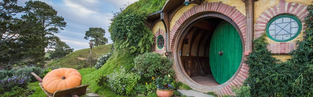 Ngôi nhà của Bilbo với cánh cửa màu xanh lá cây