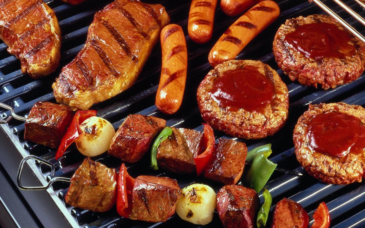 Người Úc thích ăn gì?. Thịt Kangaroo được chế biến theo nhiều cách khác nhau như làm bít tết, thịt xiên, chế biến thành xúc xích, làm hamburger,...