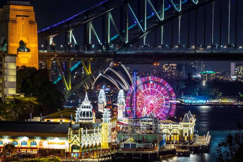 Vivid thắp sáng cả bầu trời Sydney
