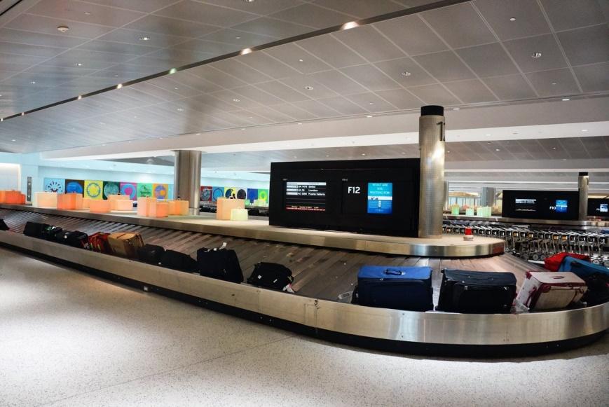 Conveyor belt/ Carousel: Băng chuyền hành lý